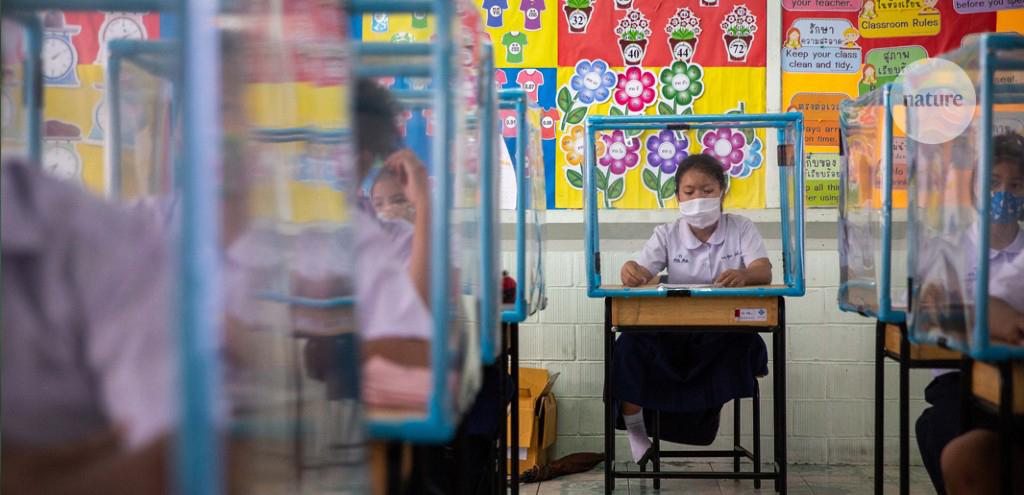 Digitale Post Pandemico, bambini a scuola con banchi divisi da plexiglass
